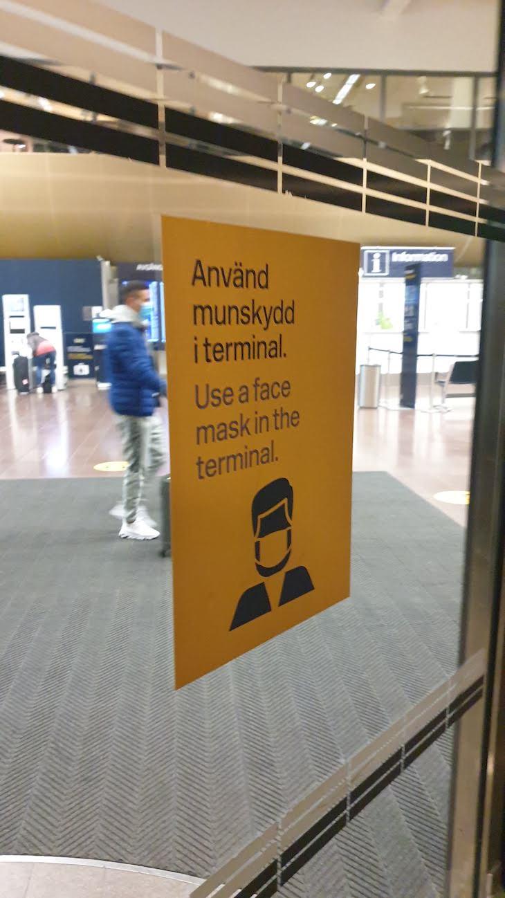 Aviso em Arlanda. Dentro do aeroporto é obrigatório usar máscara. Cá fora não usa ninguém na Suécia - Estocolmo - outubro 2020 © Viaje Comigo