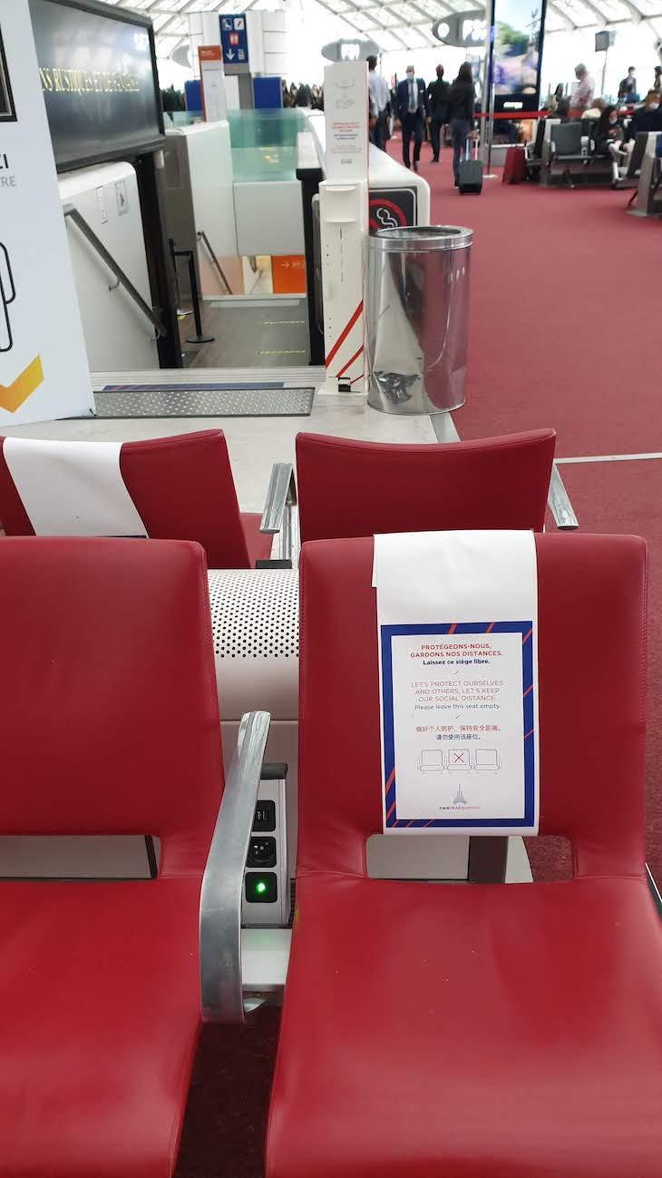 Cadeiras vazias para distanciamento - Aeroporto de Paris CDG -outubro 2020 © Viaje Comigo