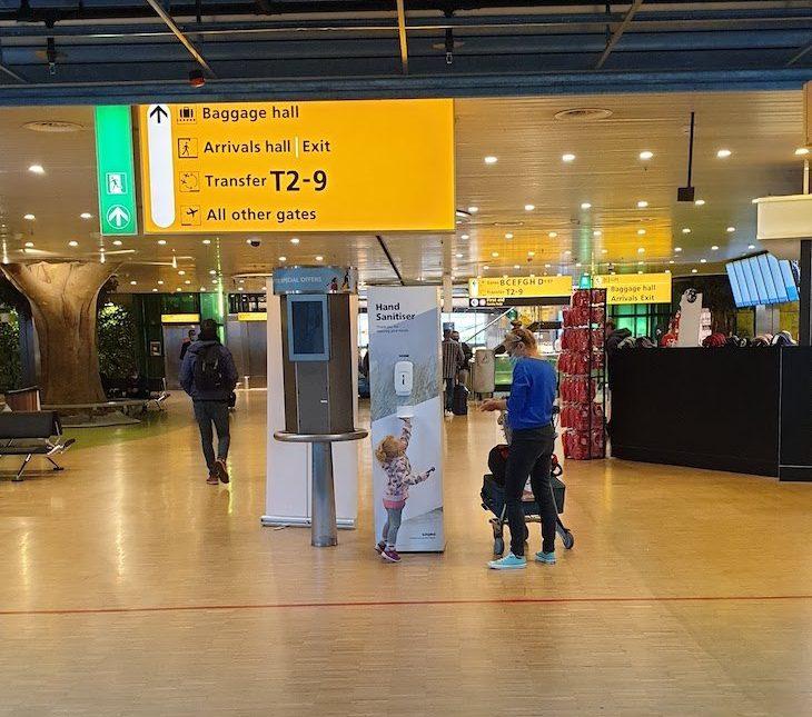 Desinfetante de mãos no Aeroporto de Amesterdão - outubro 2020 © Viaje Comigo