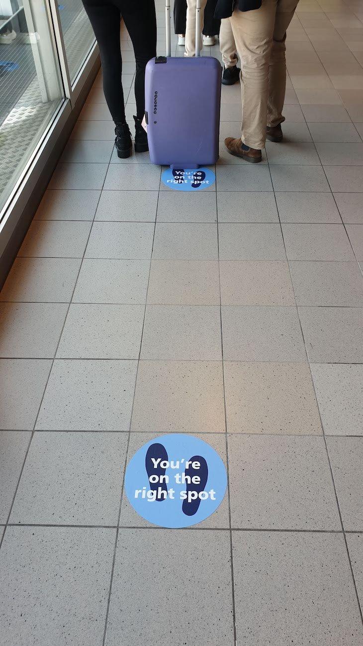 Distância de segurança - Aeroporto de Amesterdão - outubro 2020 © Viaje Comigo