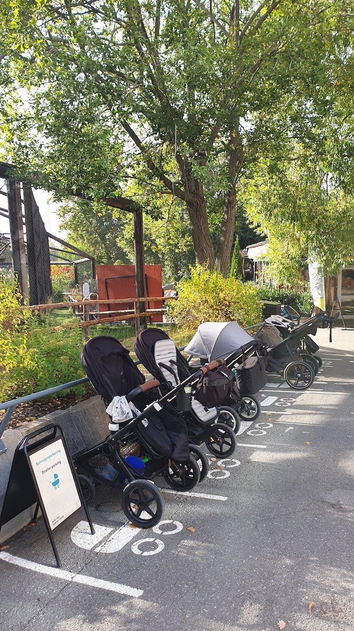 Estacionamento de carrinhos de bebé, Museu Skansen - Estocolmo - Suécia © Viaje Comigo