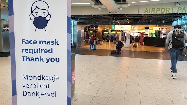 Face Mask required- Aeroporto de Amesterdão - outubro 2020 © Viaje Comigo