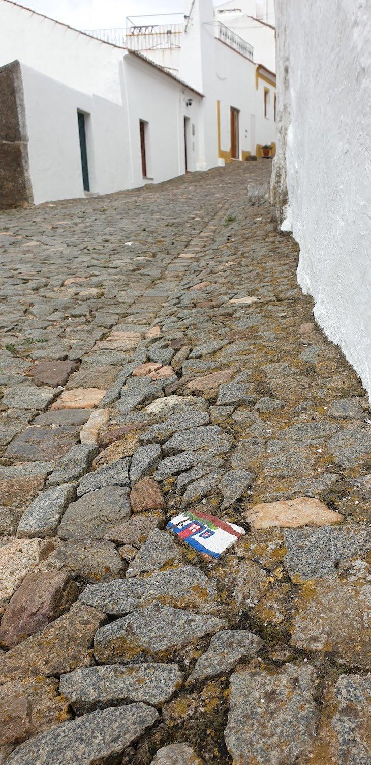 Pedras pintadas na calçada pela Celeiro do Comum - Casa Sensa - Evoramonte - Alentejo - Portugal © Viaje Comigo