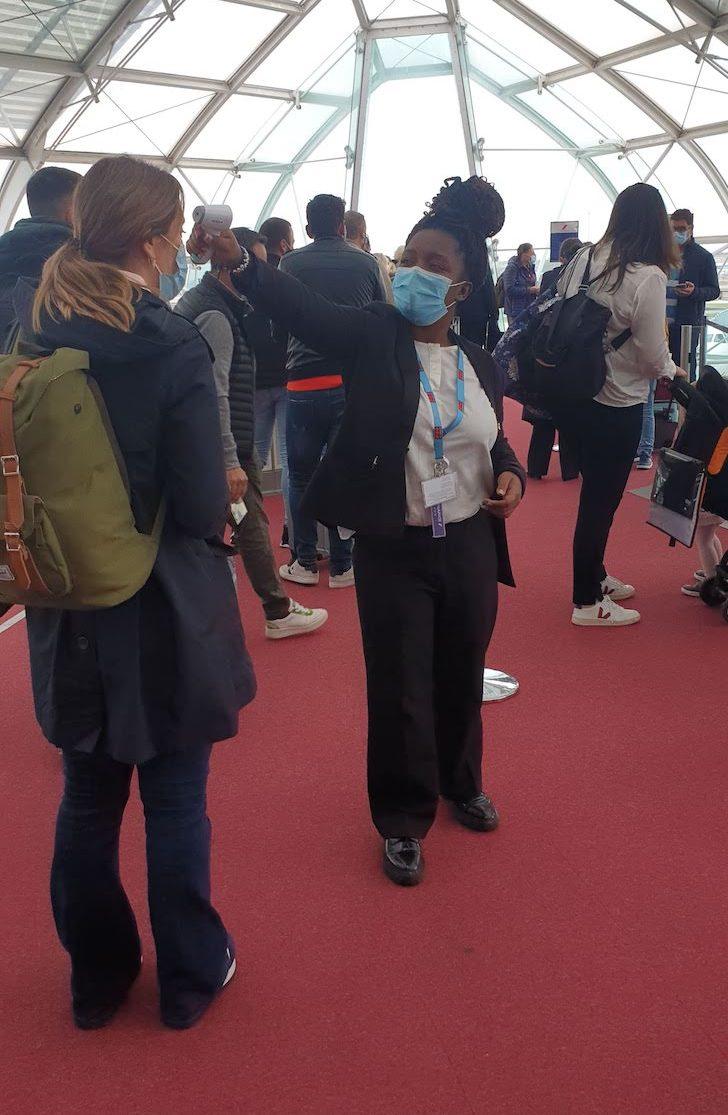 Medição de temperatura no aeroporto de Paris CDG -outubro 2020 © Viaje Comigo