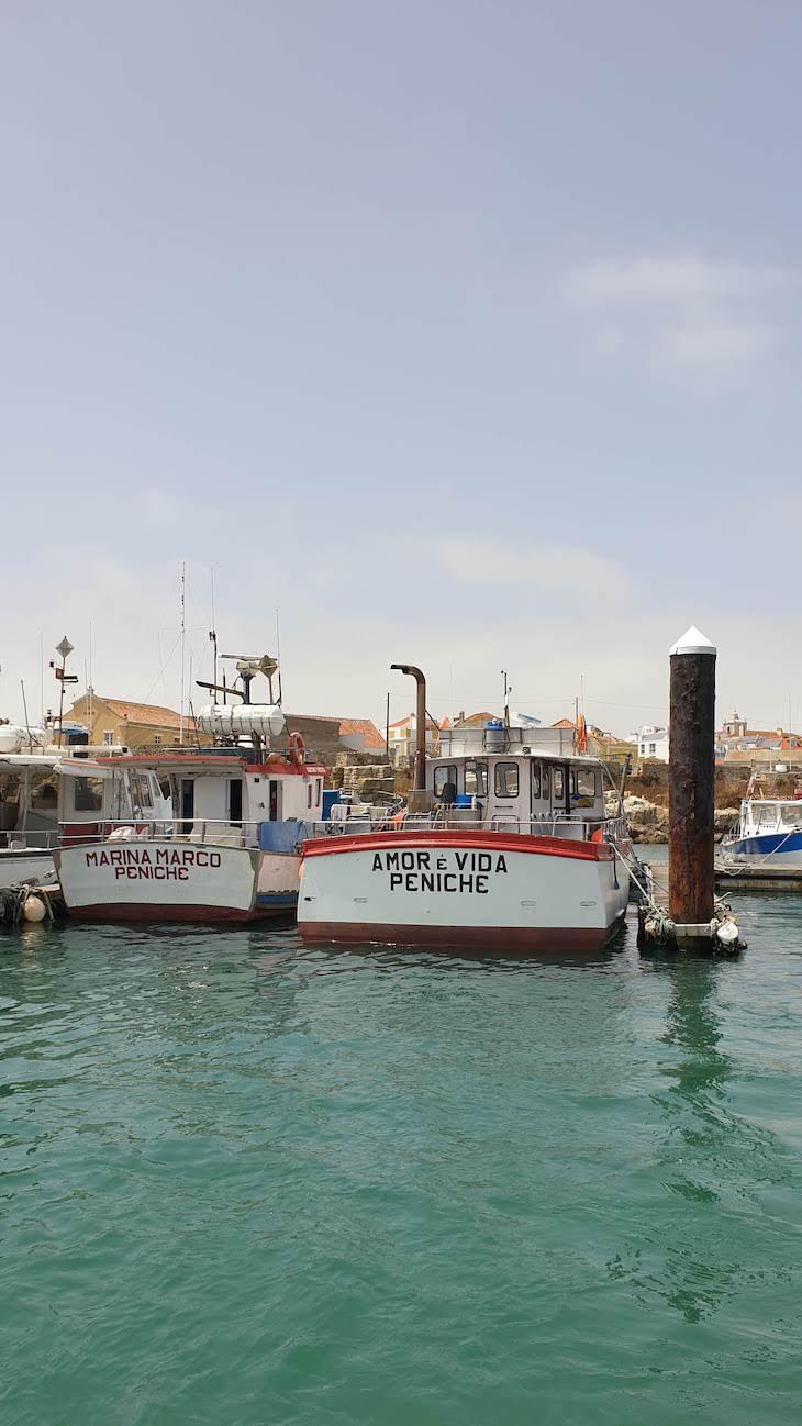 Barcos em Peniche - Portugal © Viaje Comigo