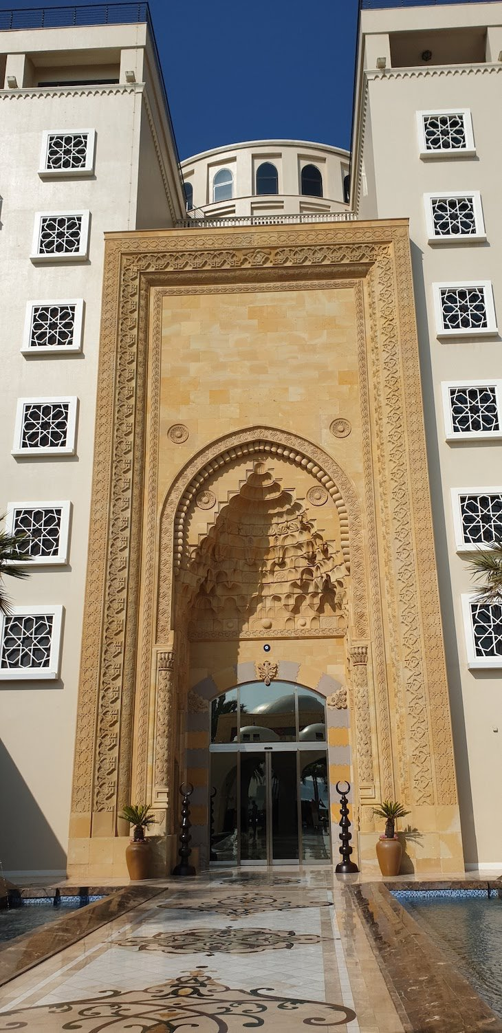 Entrada do hotel Jumeirah Zabeel Saray - Dubai © Viaje Comigo
