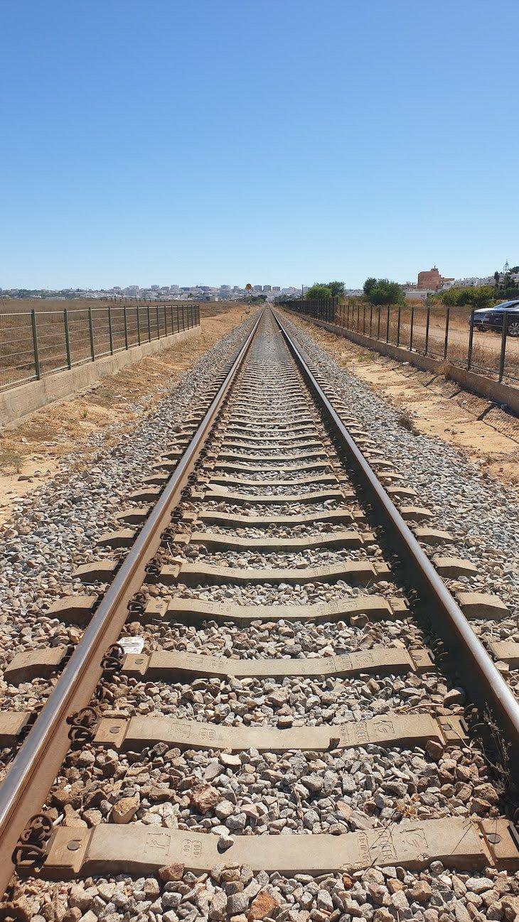 Linha de comboio na Meia Praia - Lagos - Algarve - Portugal © Viaje Comigo
