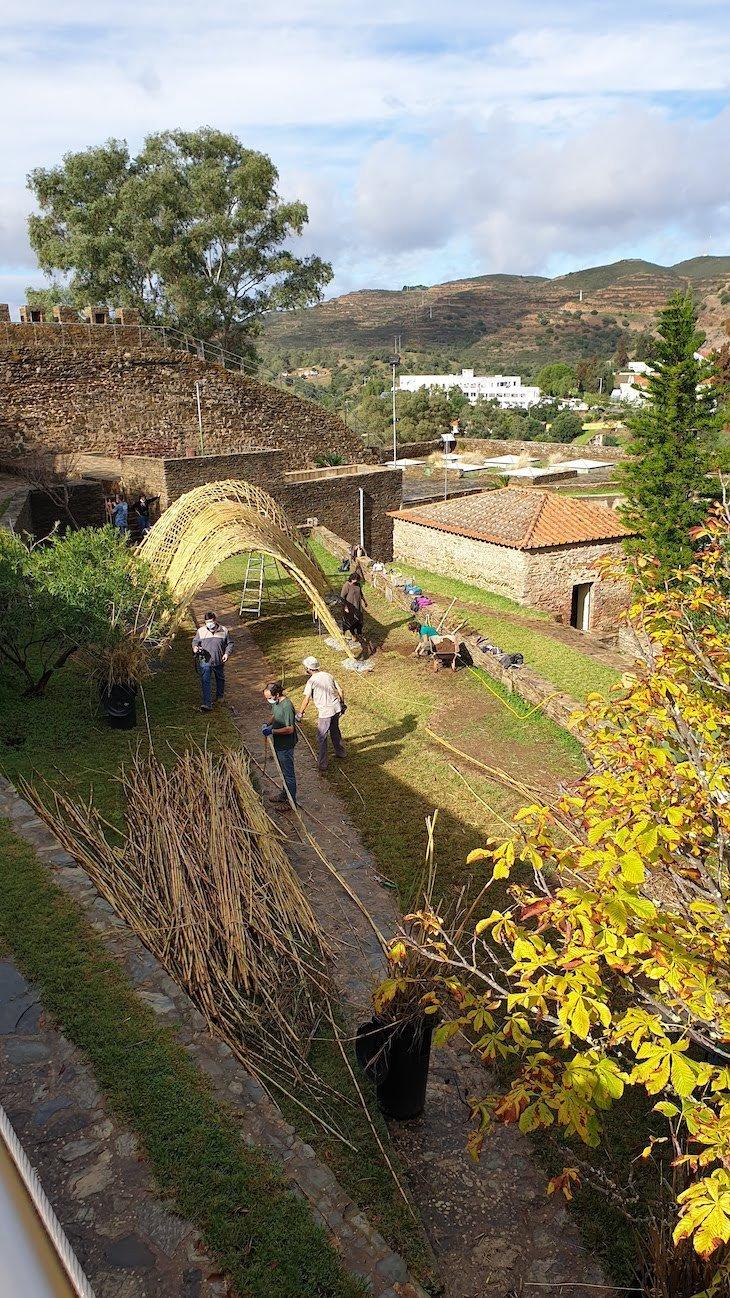 Túnel feito de cana no castelo de Alcoutim - Algarve - Portugal © Viaje Comigo