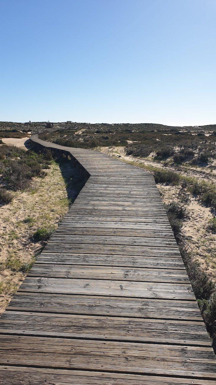 Passadiço para a praia da Ilha da Culatra - Algarve - Portugal © Viaje Comigo