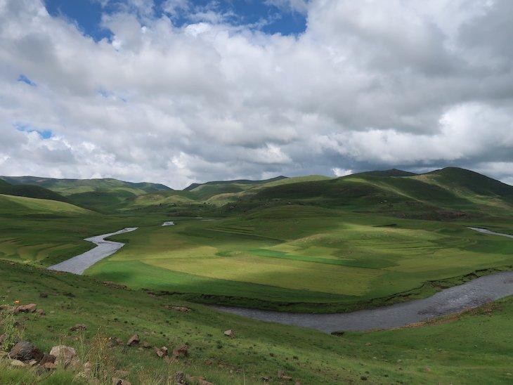 Rio e montes no Lesoto © Viaje Comigo