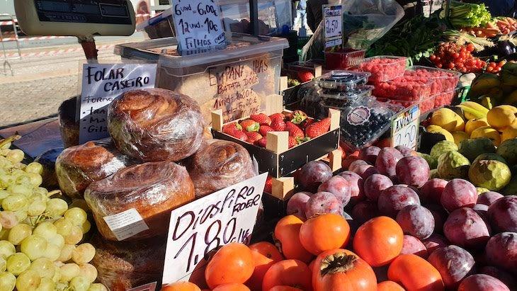Bancas no exterior, sábado de manhã nos Mercados de Olhão - Algarve © Viaje Comigo