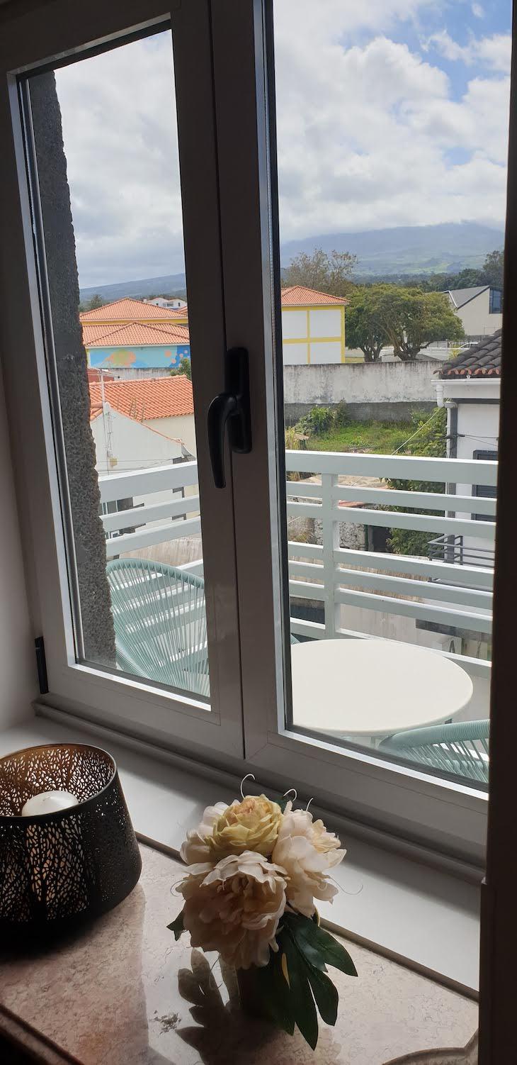 Nas escadas... com vista para a montanha - My Bed In Pico - Pico - Açores © Viaje Comigo