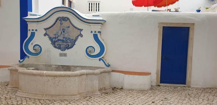 Fonte na vila de Ericeira - Portugal © Viaje Comigo